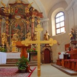 Das Kirchturnkreuz vorne im Altarraum