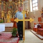 ... auch das Kreuz alleine ist schon fast so groß wie unser Herr Pfarrer