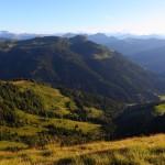 Blick nach Süden, rechts die Unterwandalm (1.600 m), links die Karseggalm (1.603 m), Bildmitte: Saukarkopf (2.048 m)