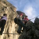 Alexandra, Sepp und Christina nutzen die Seilbrücke zur Rast