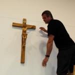 Das neu geweihte Kreuz findet seinen Platz im Krafthaus