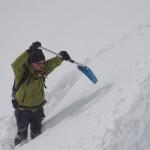 LWK Obmann Ignaz gräbt ein Schneeprofil und daraus anschließend einen Block mit 90 x 30 cm um die Stabilität des Hanges zu testen