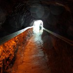 Ein Stück des Weges führt durch einen gut ausgeleuchteten Tunnel