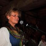 Roswitha Meikl vom Salzburger Volksliedwerk führt durch das Programm
