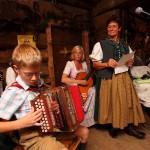 3 Generationen Lederer beim Singen und Musizieren