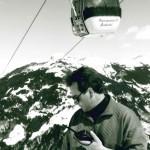 Alois Kreuzer im Jahr 1990 prüft die Schneequalität. Im Hintergrund die Panoramabahn, für die er als Betriebsleiter die Verantwortung trug.