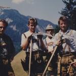 """Lederhosen im Einsatz bei der Bergmahd am """"Eggriedl""""."""