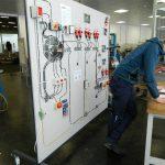 Manuel bei der Lehrabschlussprüfung - auf der Prüftafel sind unterschiedliche Sicherheitseinrichtungen montiert