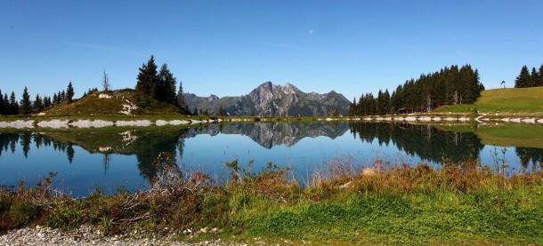 Speicherteich der Alpendorf-Bergbahnen - Blick zur Höllwand