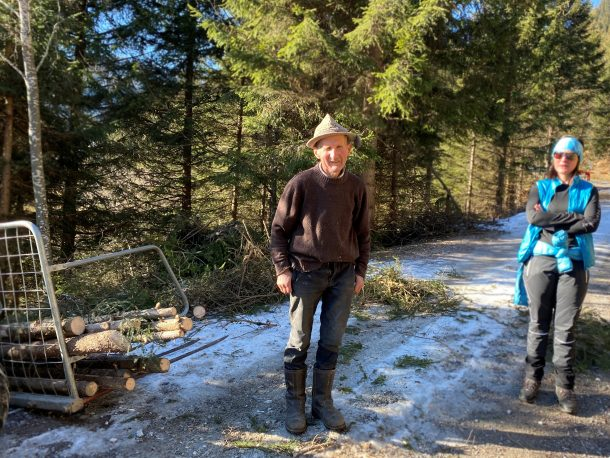 Mein Leibwetterprophet Bergbauer Rupert bereitet Brennholz für den Winter vor