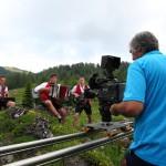 Produzent Hans Jöchler greift selbst zur Kamera. Hier an der Filzmoosalm mit den Mitterling Buam.