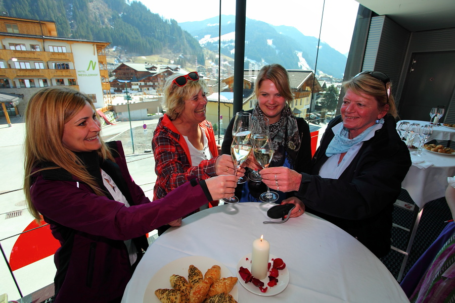 Aperitivempfang für die Gewinner in der Talstation 8er Kabinenbahn Hochbrand (hier die Gewinnerinnen von Gondel 3)