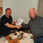 Kapellmeister Peter Gappmayr nimmt die Partitur entgegen