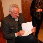 Der Autor beim Signieren seines jüngsten Werkes ...