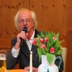 Hermann Göschl - Cousin von Walter Mooslechner - trägt aus dem Buch vor