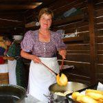 Großarler Bäuerinnen beim Bauernkrapfen machen