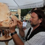 Rupert Kreuzer beim Masken-Schnitzen