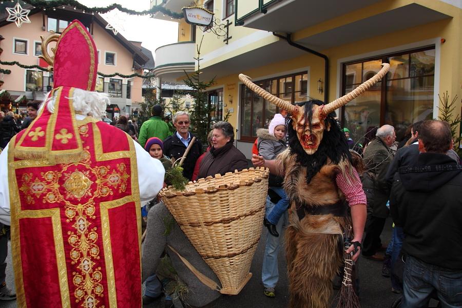 nikolaus und krampus am adventmarkt in großarl krampus schauriger ...