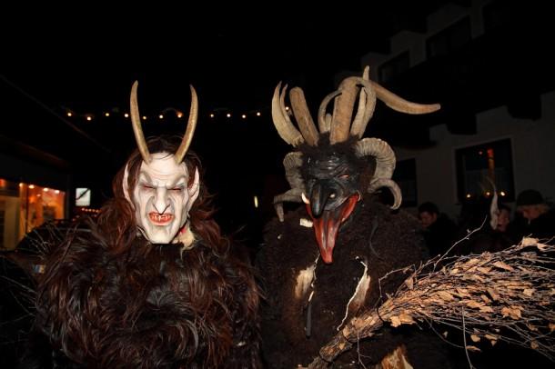 Alt trifft neu: rechts traditionelle Maske neben Maske jüngeren Alters