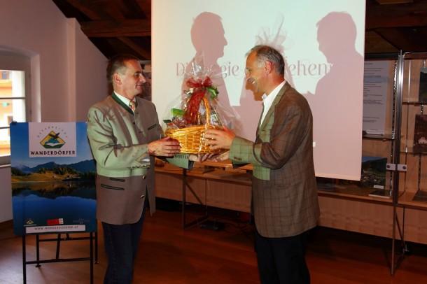 Obmann Reinhard Ferner (links) bedankt sich bei Geschäftsführer Sieghard Preis