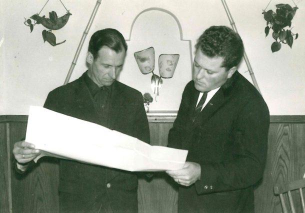 Die damaligen Geschäftsführer Anton Knapp und Richard Lackner mit Liftplänen