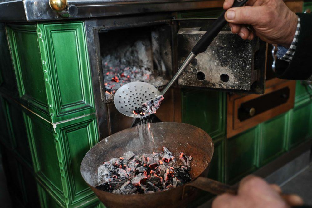 Die heiße Glut kommt ins Pfandl - © Franz Neumayr