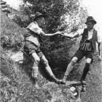 Trachtig und fesch gekleidet vom Scheitel bis zur Sohle. Mein Großvater mit seinem Bruder. Ca. im Jahr 1935.