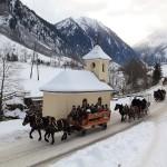 Schlenkerfarht im Großarltal. - An die 40 Pferdegespanne ziehen vom Talsschluss nach Hüttschlag und weiter nach Großarl