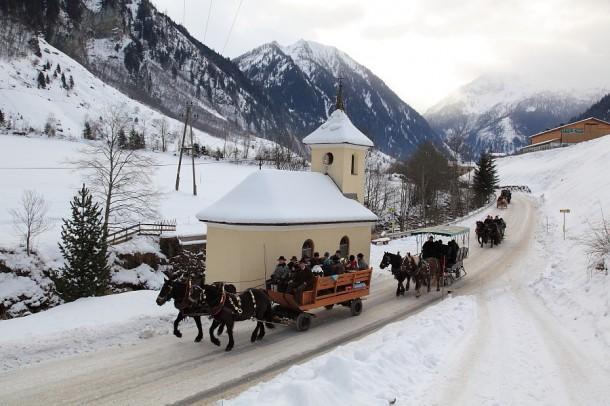 Blasius-Schlenkerfahrt - hier die Gespanne an der Maurachkapelle in Hüttschlag