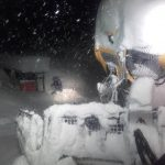 Schneesturm und noch eingeschränktere Sicht bei der nächtlichen Skigebietsvorbereitung