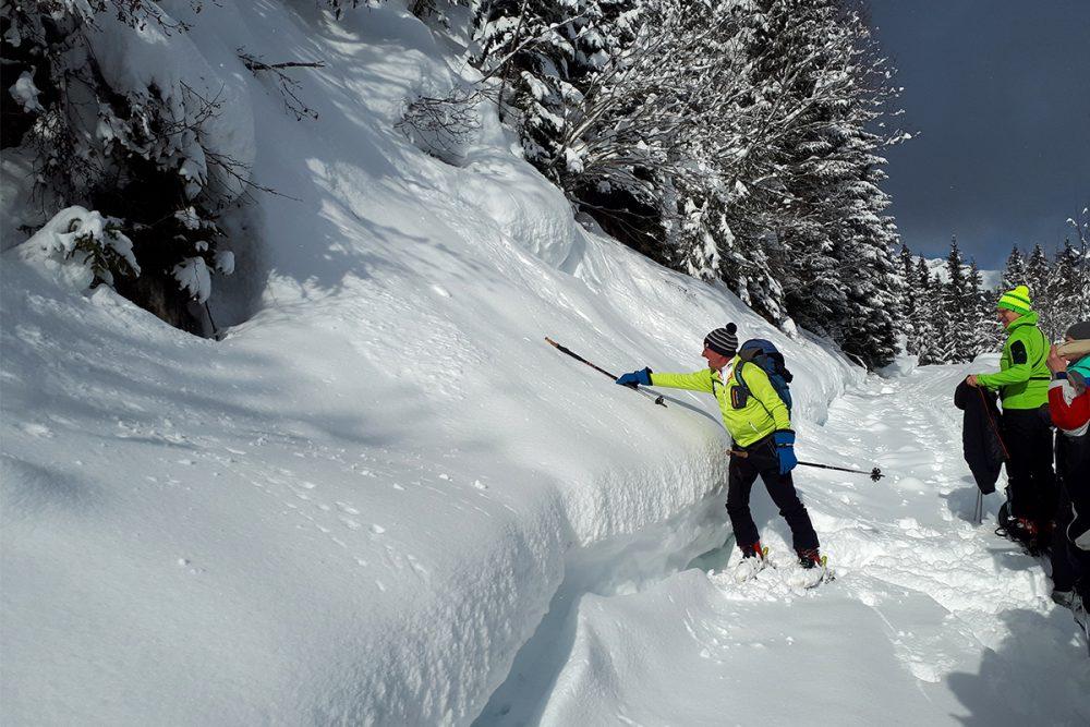 Edi Huttegger erklärt uns die Schneebeschaftenheit