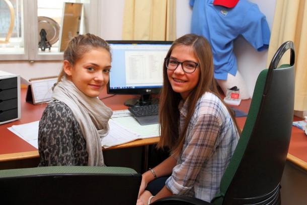 Magdalena (links) und Laura (rechts) bei der Arbeit