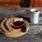 Mein Frühstück: Bauernbrot, Almbutter, Marmelade, Almkaffee - Herrlich!