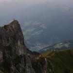 Blick auf Großarl. 1 Kletterer auf der Arlspitze, die Wandergruppe am Wetterkreuz