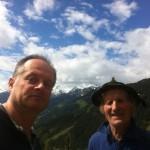 Ein geschundener Mountainbiker (li) und Bergbauer Rupert (re)