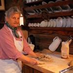 Marianne Toferer knetet die Früchte in den Teig des Kletzenbrotes