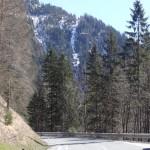 Sicht von der Großarler Landesstraße nun nach oben zu den Lawinenstrichen in den Einhängen des Alpendorfes