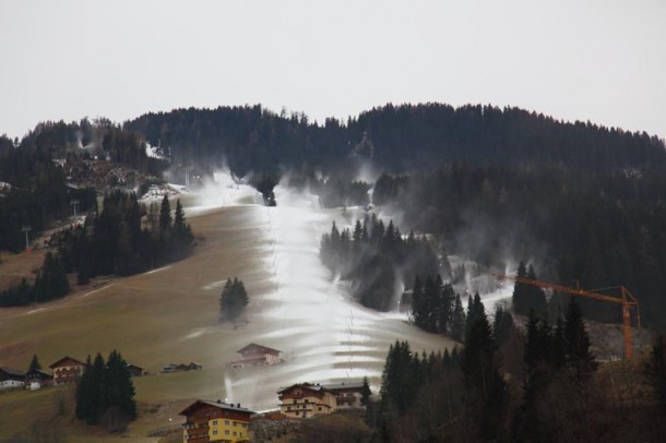 Talabfahrt Großarl, gestern, Freitag, 26. November gegen 9.00 Uhr Vormittag. Die Beschneiung feuert aus allen Rohren.