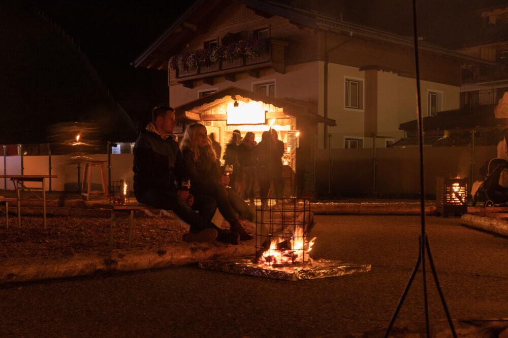 Lagerfeuerromantik bei der Sommernacht der Biere