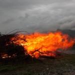 Heftiger Wind facht das Feuer an - trübe Wolken prägen das Bild