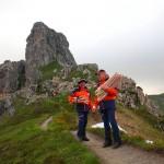 Die Bergretter beginnen mit dem Verteilen der Fackeln