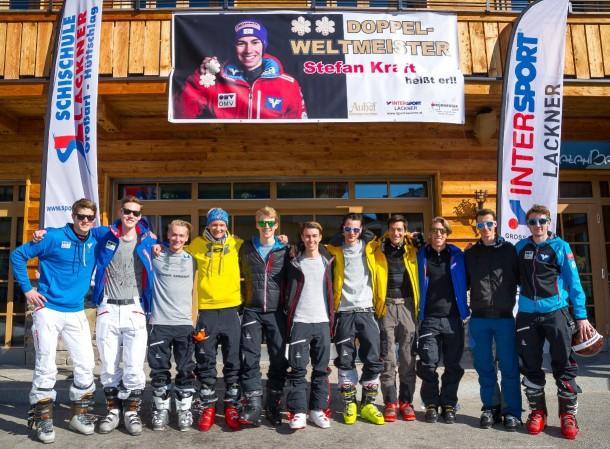 Das ÖSV-Skispringernationalteam vor der RambazamBar im Großarltal. Weltklasseskispringer Stefan Kraft ist in der Bildmitte.