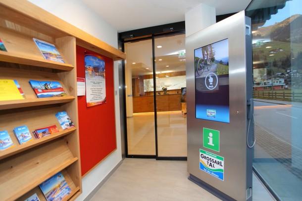 Eingangsbereich - mit Informationen rund um die Uhr