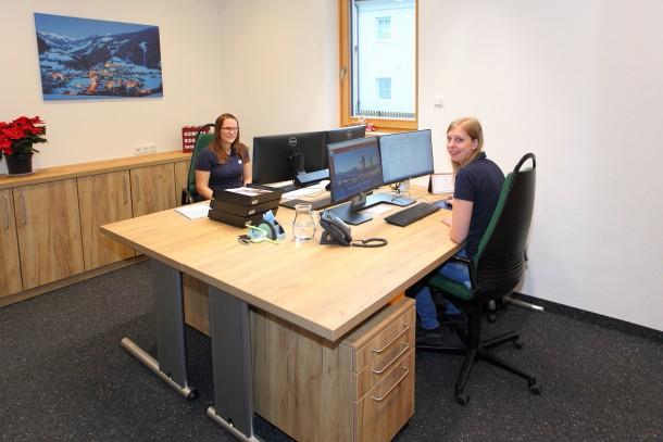 Babsi und Christiane freuen sich über ihren eigenen Büroraum