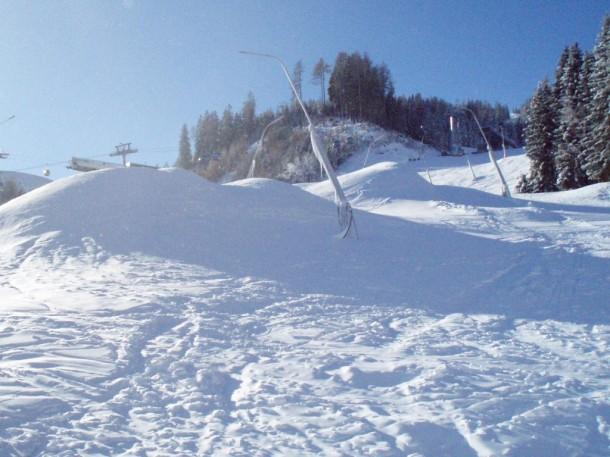 In der Talabfahrt liegen momentan noch riesige Schneehaufen die nun durch die Pistengeräte verteilt werden.