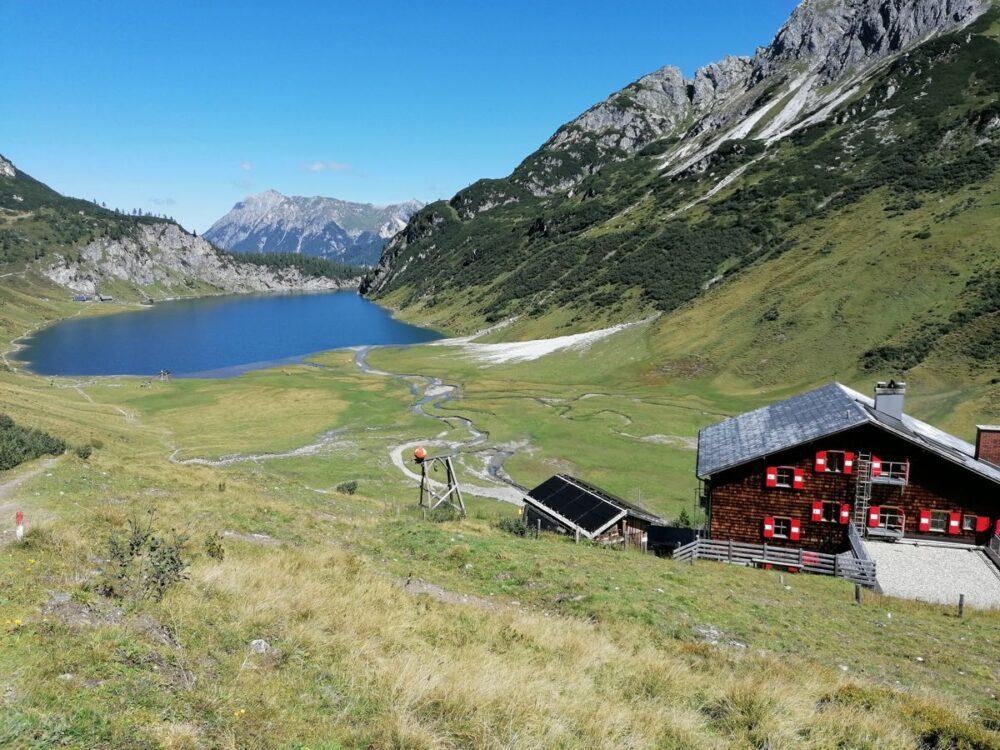 Tappenkarseehütte mit Blick auf den See