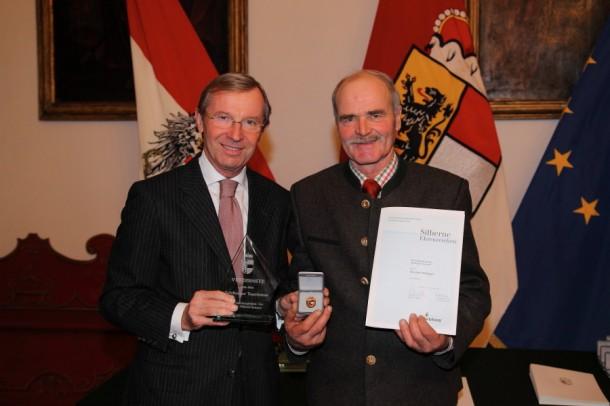 Silvester Hetteger (re.) bei der Auszeichnung durch Landeshauptmann-Stv. DDr. Wilfried Haslauer