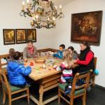 In der Christkindl-Werkstatt wird gebastelt und gemalt