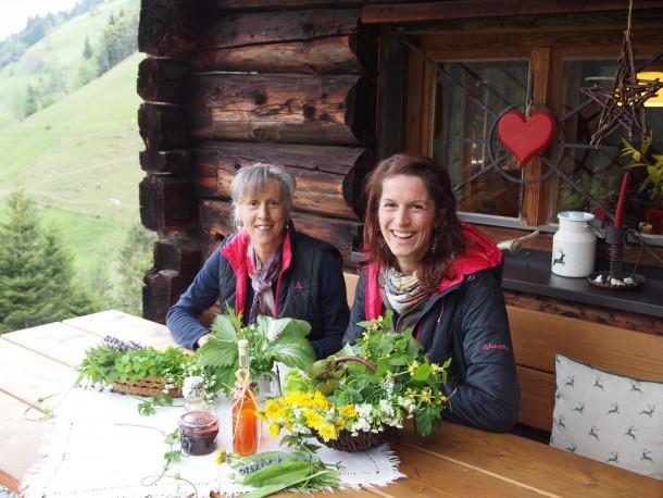 Gretl und Martina mit reichlich gedeckten Kräutertisch