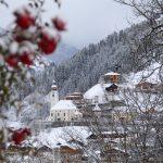 Blick auf die verschneite Pfarrkirche